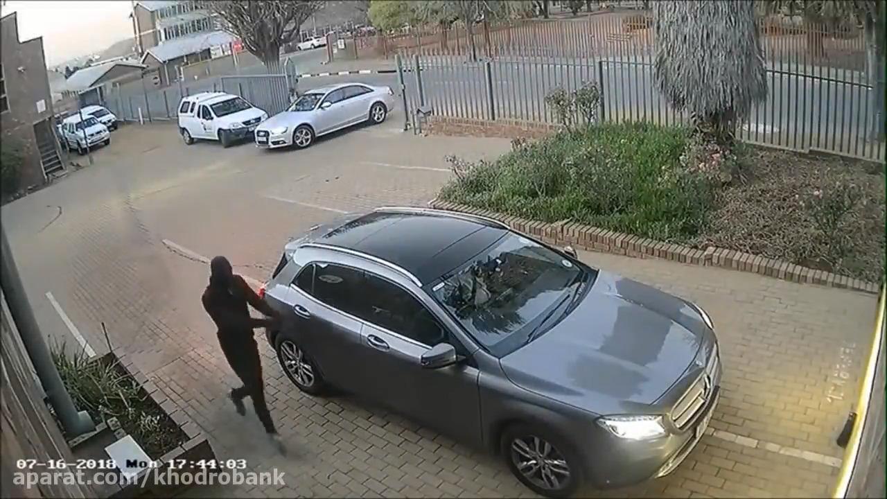 فرار راننده شجاع مرسدس از دست سارقین مسلح را ببینید!