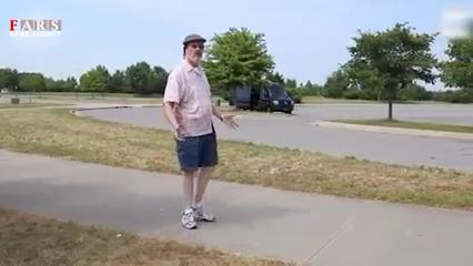 مردی که پاهایش 180 درجه میچرخد